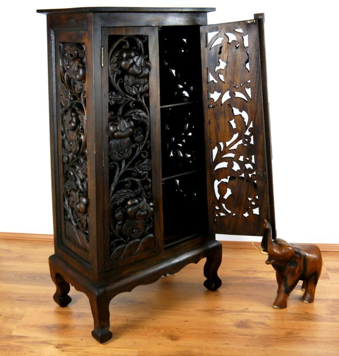 asiatischer schrank mit rattan verziert asia wohnstudio. Black Bedroom Furniture Sets. Home Design Ideas