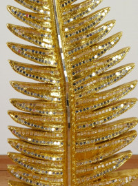 Goldfarbenes Blatt/Farn mit Mosaikverzierung