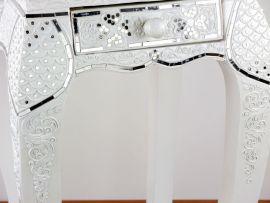 Hoher Opiumtisch mit Mosaikverzierungen  weiß