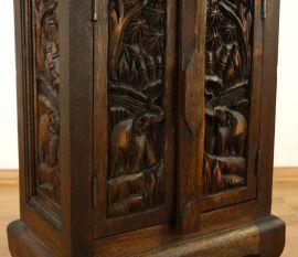 Kleiner Massivholzschrank mit Elefantenschnitzerei , Nr.81