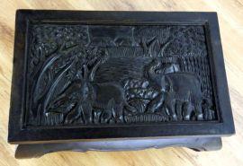 Kleiner Opiumtisch mit Elefantenschnitzerei in schwarz