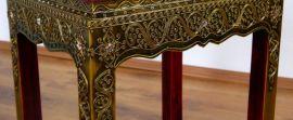 Asiatischer Tisch mit Glasmosaikverzierungen