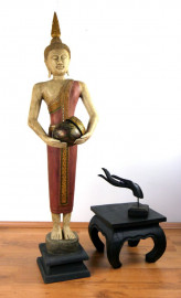 Thailändischer Mönch mit Schale